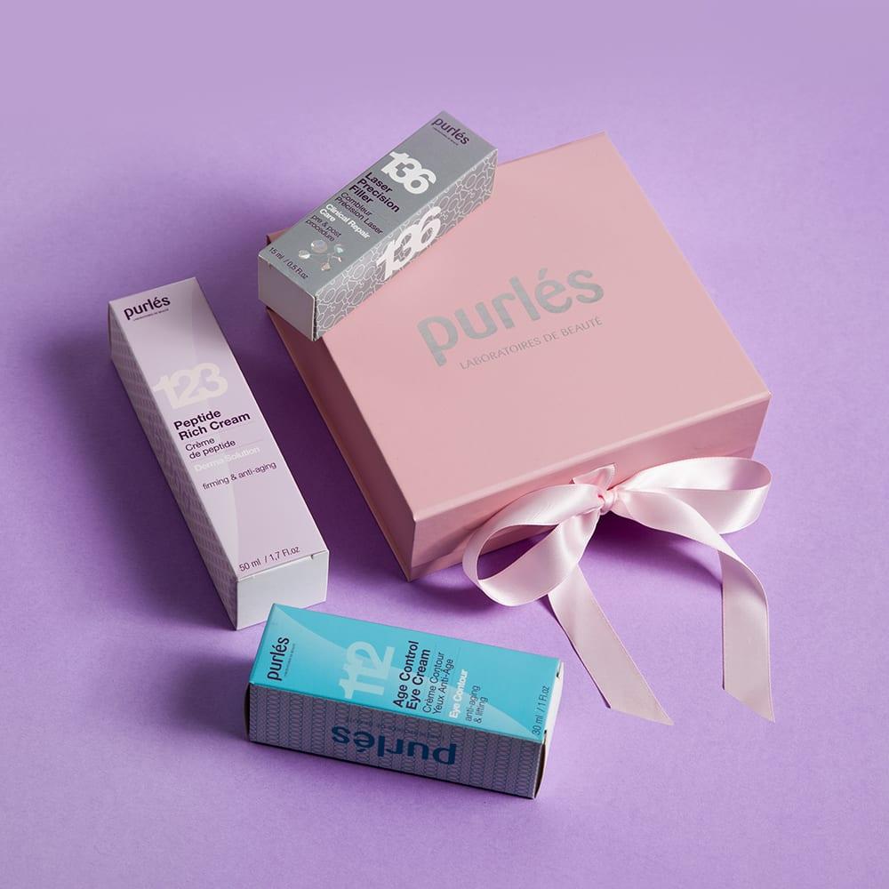 Zestaw Świąteczny Purles w opakowaniu prezentowym zawiera trzy preparaty do kompleksowej pielęgnacji przeciwstarzeniowej skóry twarzy oraz okolic oczu ze zmarszczkami: 112 Age Control Eye Cream, 123 Peptide Rich Cream i 136 Laser Precision Filler GRATIS.